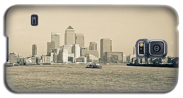 Galaxy S5 Case featuring the photograph Canary Wharf Cityscape by Lenny Carter
