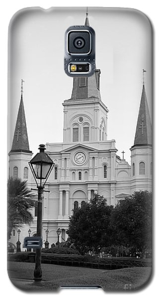 Cathedral And Lampost On Jackson Square In The French Quarter New Orleans Black And White Galaxy S5 Case by Shawn O'Brien