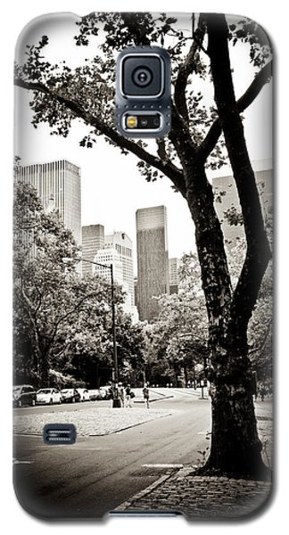 Galaxy S5 Case featuring the photograph City Contrast by Sara Frank