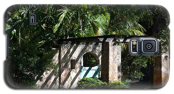 Galaxy S5 Case featuring the photograph Coral Gables Gate by Ed Gleichman