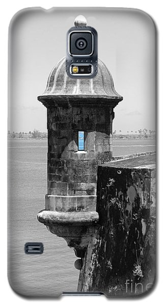 Galaxy S5 Case featuring the photograph El Morro Sentry Tower Color Splash Black And White San Juan Puerto Rico by Shawn O'Brien