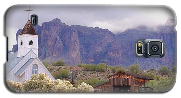 Galaxy S5 Case featuring the photograph Elvis Memorial Chapel by Tam Ryan