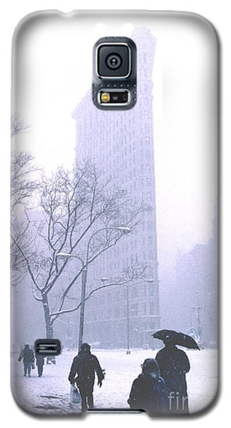 Galaxy S5 Case featuring the photograph Flatiron Building In A Major Snowstorm by Tom Wurl
