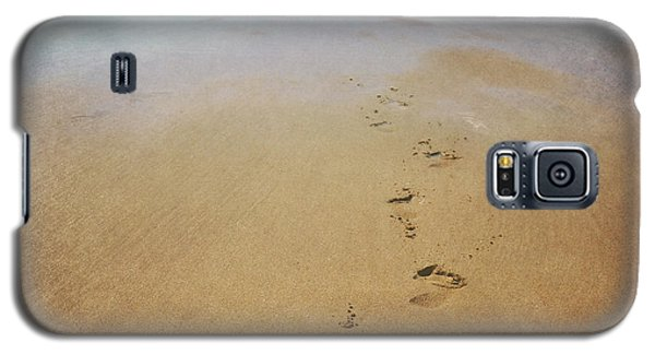 Footprints In The Sand Galaxy S5 Case by Lyn Randle