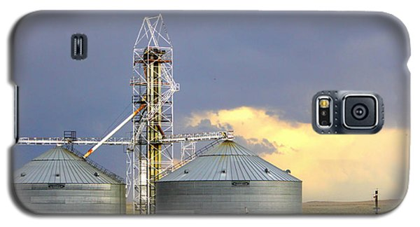Galaxy S5 Case featuring the photograph Kansas Farm by Jeanette C Landstrom