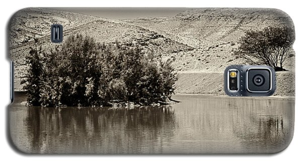 Galaxy S5 Case featuring the photograph Lake Yeruham by Arik Baltinester