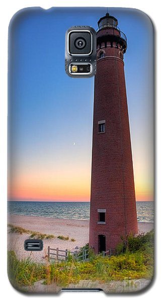 Little Sable Point Light Station Galaxy S5 Case by Larry Carr