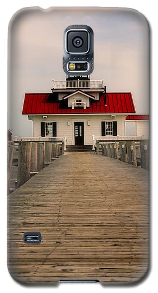 Galaxy S5 Case featuring the photograph Manteo Lighthouse by Cindy Haggerty