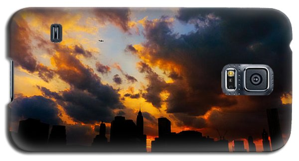 City Sunset Galaxy S5 Case - New York City Skyline At Sunset Under Clouds by Vivienne Gucwa
