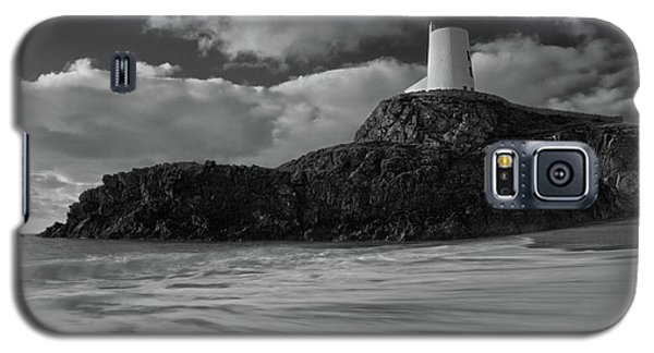 Galaxy S5 Case featuring the photograph Niwbwrch Lighthouse by Beverly Cash