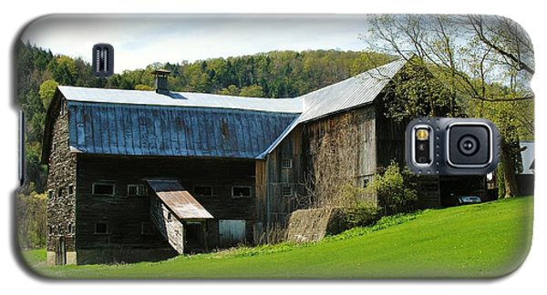 Galaxy S5 Case featuring the photograph Old Vermont Barn by Sherman Perry