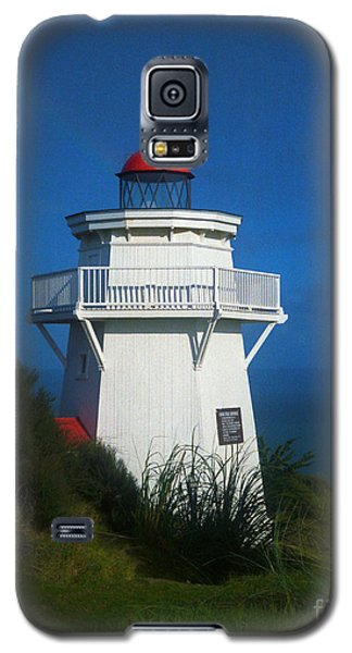 Galaxy S5 Case featuring the photograph Pouto Lighthouse With Rainbow New Zealand by Mark Dodd