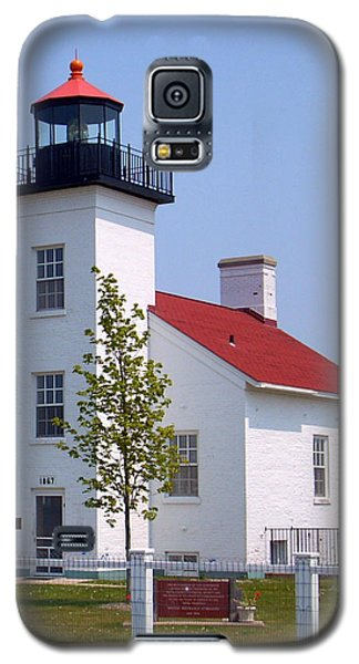 Galaxy S5 Case featuring the photograph Sand Point Lighthouse In Escanaba Mi by Mark J Seefeldt
