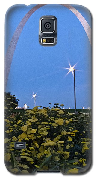 Galaxy S5 Case featuring the photograph St Louis Arch With Twinkles by Nancy De Flon
