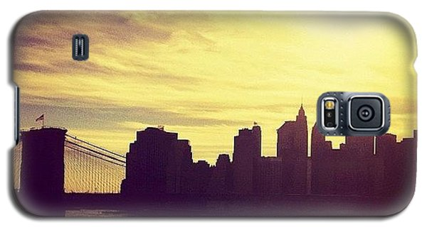 Sunset Over The New York City Skyline And The Brooklyn Bridge Galaxy S5 Case by Vivienne Gucwa