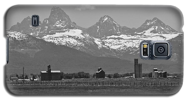 Galaxy S5 Case featuring the photograph Tetonia Grain Elevators by Eric Tressler