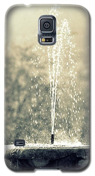 Galaxy S5 Case featuring the photograph Waterfountain by Emanuel Tanjala