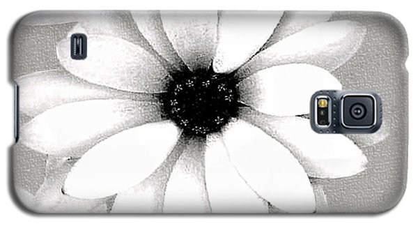 Galaxy S5 Case featuring the photograph White Daisy by Tammy Espino
