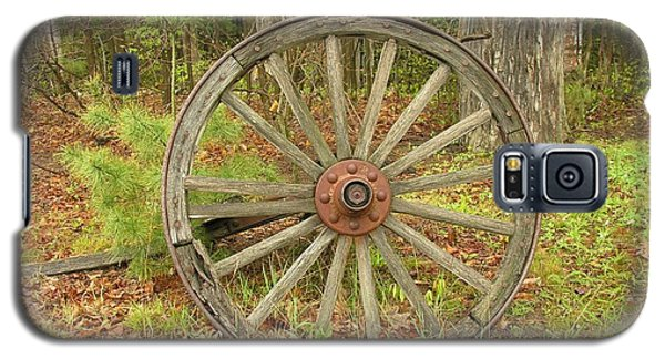Galaxy S5 Case featuring the photograph Wood Spoked Wheel by Sherman Perry
