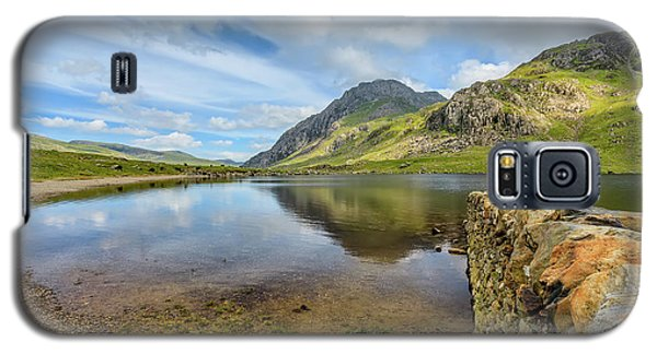 Galaxy S5 Case featuring the photograph Idwal Lake Snowdonia by Adrian Evans