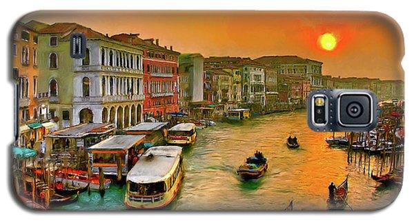 Galaxy S5 Case featuring the photograph Imbarcando. Venezia by Juan Carlos Ferro Duque