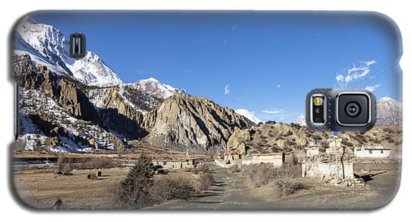 On The Annapurna Circuit Trekking Near Manang In Nepal Galaxy S5 Case