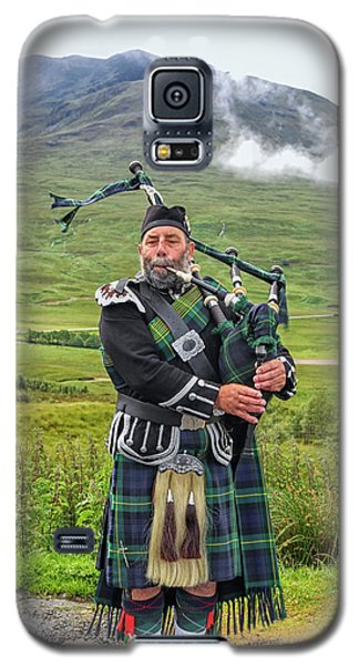 Playing Bagpiper Galaxy S5 Case by Patricia Hofmeester