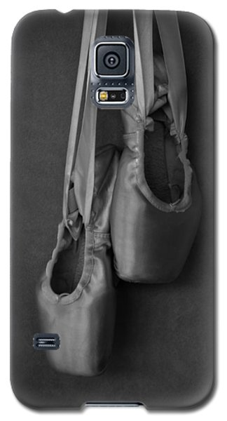 Galaxy S5 Case featuring the photograph Pointe Shoes Bw by Laura Fasulo