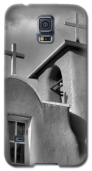 Two Crosses At San Francisco De Asis Mission Church In Black And White Galaxy S5 Case by Nadalyn Larsen
