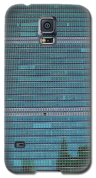 Galaxy S5 Case featuring the photograph United Nations Secretariat Building by Mitch Cat