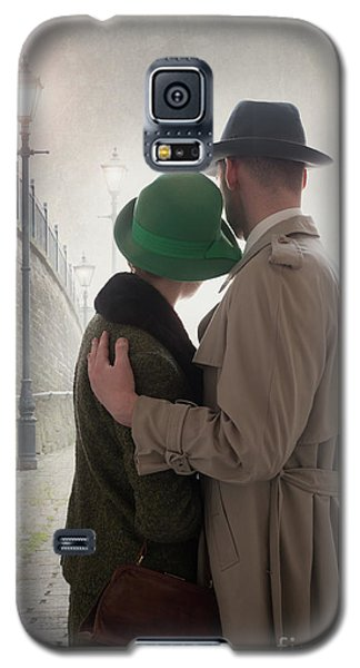 1940s Couple At Dusk  Galaxy S5 Case by Lee Avison