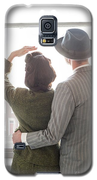1940s Couple At The Window Galaxy S5 Case by Lee Avison