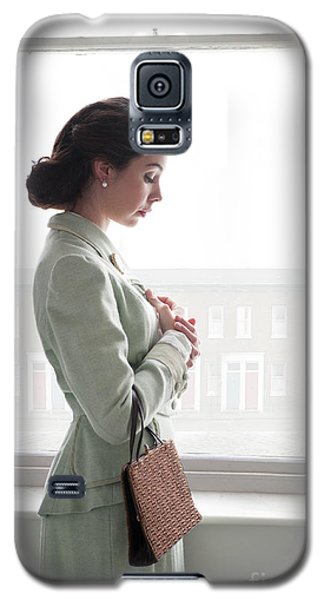 1940s Woman At The Window Galaxy S5 Case by Lee Avison