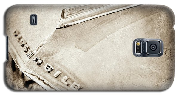 Galaxy S5 Case featuring the photograph 1962 Oldsmobile Hood Ornament And Emblem -0598s by Jill Reger