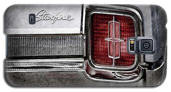 Galaxy S5 Case featuring the photograph 1965 Oldsmobile Starfire Taillight Emblem -0212ac by Jill Reger