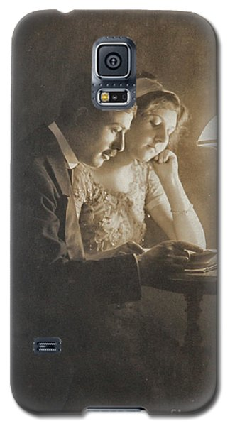 Vintage Loving Couple Reading With Oil Lamp Galaxy S5 Case