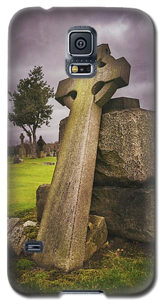 Galaxy S5 Case featuring the photograph A Celtic Cross In Glasgow Scotland by Carol Japp