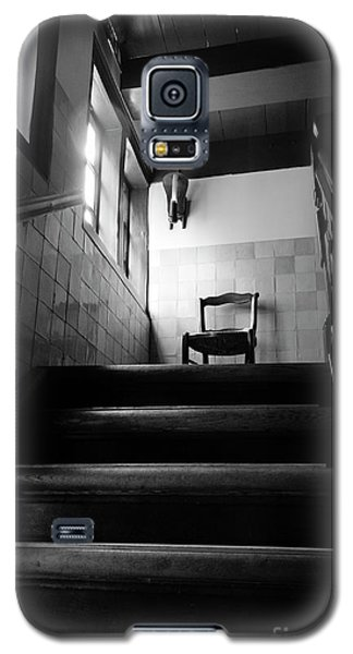 A Chair At The Top Of The Stairway Bw Galaxy S5 Case by RicardMN Photography