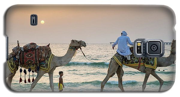 A Little Boy Stares In Amazement At A Camel Riding On Marina Beach In Dubai, United Arab Emirates Galaxy S5 Case