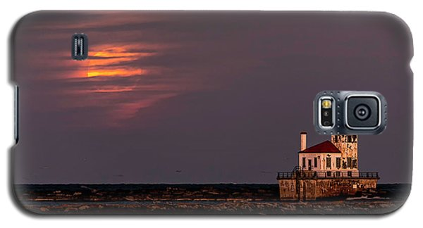 Galaxy S5 Case featuring the photograph A Moonsetting Sunrise by Everet Regal