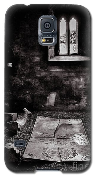 Galaxy S5 Case featuring the photograph A Tombstone In Sligo Abbey Bw by RicardMN Photography