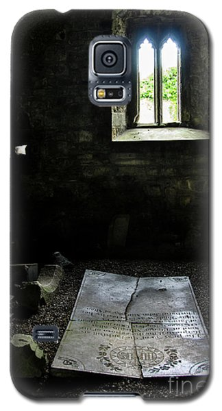 Galaxy S5 Case featuring the photograph A Tombstone In Sligo Abbey by RicardMN Photography