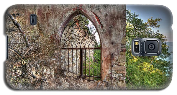 Abandoned Places Iron Gate Over The Sea - Cancellata Sul Mare Galaxy S5 Case