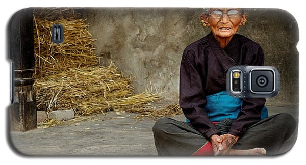 An Old Woman In Bhaktapur Galaxy S5 Case by Valerie Rosen