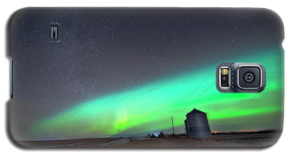 Galaxy S5 Case featuring the photograph Arc Of The Aurora by Dan Jurak