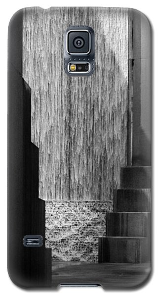Architectural Waterfall In Black And White Galaxy S5 Case