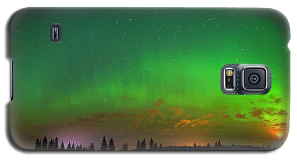 Galaxy S5 Case featuring the photograph Aurora Over Pond Panorama by Dan Jurak