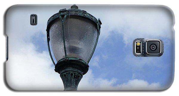 Galaxy S5 Case featuring the photograph Bahamian Streetlight by Wilko Van de Kamp