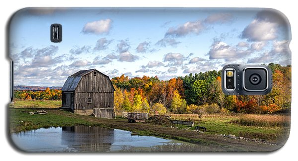 Galaxy S5 Case featuring the photograph Barn In Autumn by Mark Papke