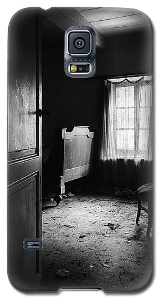 Galaxy S5 Case featuring the photograph Bed Room Chair - Abandoned Building by Dirk Ercken